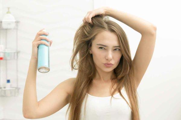 come fare i boccoli con la piastra: spray fissante